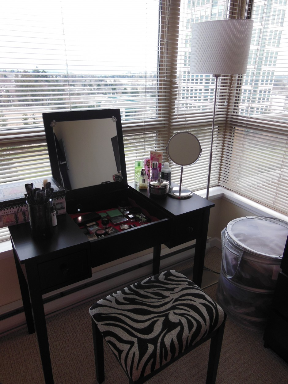 Makeup Mirrors With Lights | Makeup Vanity Table With Lighted Mirror | Mirrored Vanity Table