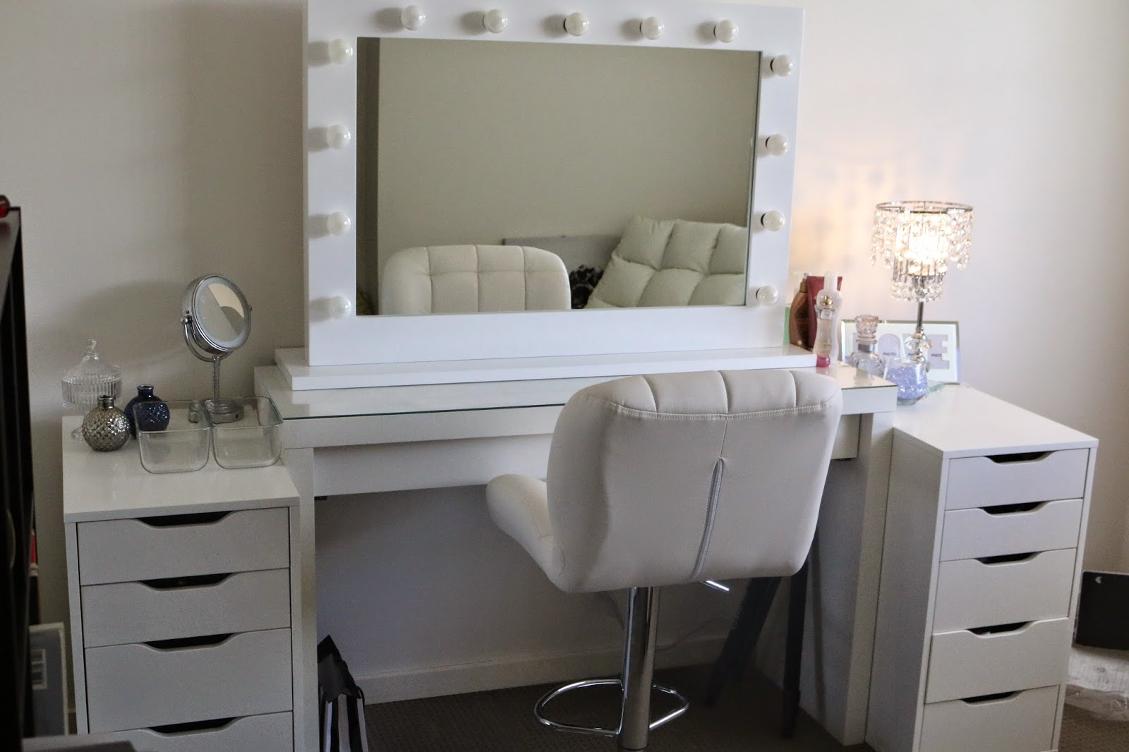 Furniture  Rug Fancy Makeup Vanity Table With Lighted Mirror For - Mirrored makeup vanity set